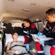 ambulanspersonal pratar med patienten — Stockfoto #49184749