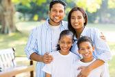 Indien debout familiale au parc — Photo