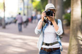 Tourist taking street photos — Foto de Stock