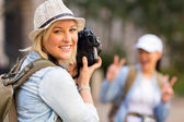 Tourist taking photo of friend — Stockfoto