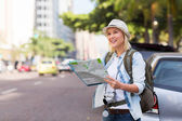 Tourist standing on sidewalk — Stockfoto