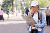 Tourist looking at map — Stock Photo