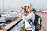 Tourist taking pictures at harbour — Stockfoto