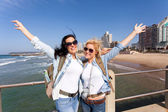 Cheerful tourists by beachfront — Stock Photo