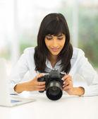Fotograf, przeglądając zdjęcia na dslr aparat fotograficzny — Zdjęcie stockowe