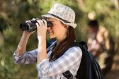 Kobieta za pomocą lornetki obserwowanie ptaków — Zdjęcie stockowe