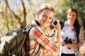 Mujer tomando fotos de su amiga — Foto de Stock