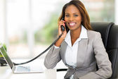 African american office worker talking on the phone — Stock Photo