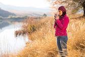 Жінка п'є каву в сільській місцевості — Stok fotoğraf