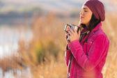 Woman enjoying winter morning outdoors — Zdjęcie stockowe