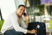 Hombre hablando por teléfono móvil — Foto de Stock