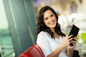 Frau Holding tabletNerd männliche Studenten — Stockfoto