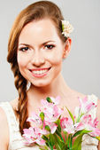 Joven mujer con flor — Foto de Stock