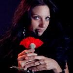 bela mulher morena com olhos azuis, envolto em uma jibóia segurando — Foto Stock