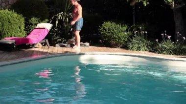 Cool man hoppa i poolen — Stockvideo