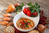 Fagioli zuppa con cipolle, pomodori e prezzemolo — Foto Stock