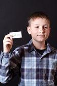 αγόρι δείχνει μια κάρτα με ευγνωμοσύνη — Φωτογραφία Αρχείου