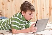 タブレット コンピューターと 10 代の少年 — ストック写真