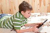 Adolescente de menino com computador tablet — Foto Stock