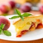 Plum pie and fresh plums — Stock Photo