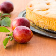 Plum pie and fresh plums — Stock Photo