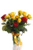 Rosas amarillas y rojas en un florero — Foto de Stock