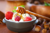 Cottage cheese with fresh fruit and honey — Stock Photo