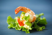 Lettuce with cheese and boiled shrimp — Stock Photo