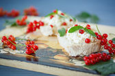 Sandwich with cheese and red currants — Stock Photo