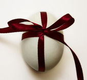 Easter egg with a bow red — Stock Photo