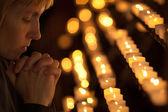 在天主教教会祈祷的女人 — 图库照片