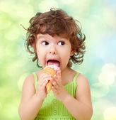 Lite lockig tjej med glass på färgstarka bakgrund — Stockfoto