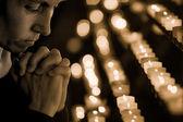 Vrouw in de kerk bidden — Stockfoto