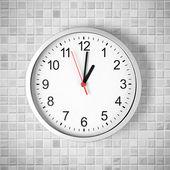Exibindo um o de parede simples relógio ou relógio em azulejo branco — Foto Stock