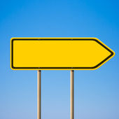Blank yellow road sign, direction pointer to right against blue — Stock Photo