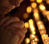 Mujer rezando en la iglesia recortado parte de la cara y las manos closeup p — Foto de Stock