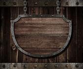 Letrero de escudo medieval envejecida colgando de cadenas — Foto de Stock