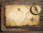 äldre mässing antik nautiska kompass på bord med gamla skatt m — Stockfoto