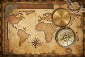 岁的宝地图、 标尺、 绳索和老黄铜指南针带盖 — 图库照片