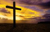 Cruz cristã em fundo por do sol — Foto Stock