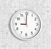 простые часы или часы на стене белая плитка, отображение девяти часов — Стоковое фото