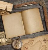 与旧的宝藏地图和指南针打开日记顶视图 — 图库照片