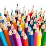 kolorowe kredki jak uśmiechnięte twarze na białym tle. sieci społeczne — Zdjęcie stockowe