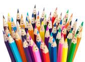 Matite colorate come isolati di volti sorridenti. social networ — Foto Stock