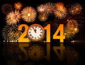 2014 year with fireworks and clock displaying 5 minutes before m — Stockfoto