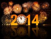 Año 2014 con fuegos artificiales y reloj mostrando 5 minutos antes de m — Foto de Stock