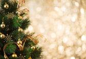 Fundo dourado de natal de luzes desfocados com tre decorado — Foto Stock