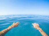 Modré moře pohled z první osoby — Stock fotografie