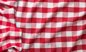Red crumpled checkered picnic tablecloth — Stockfoto