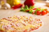 Carbonara de pizza italiana com abacaxis fazendo — Stok fotoğraf
